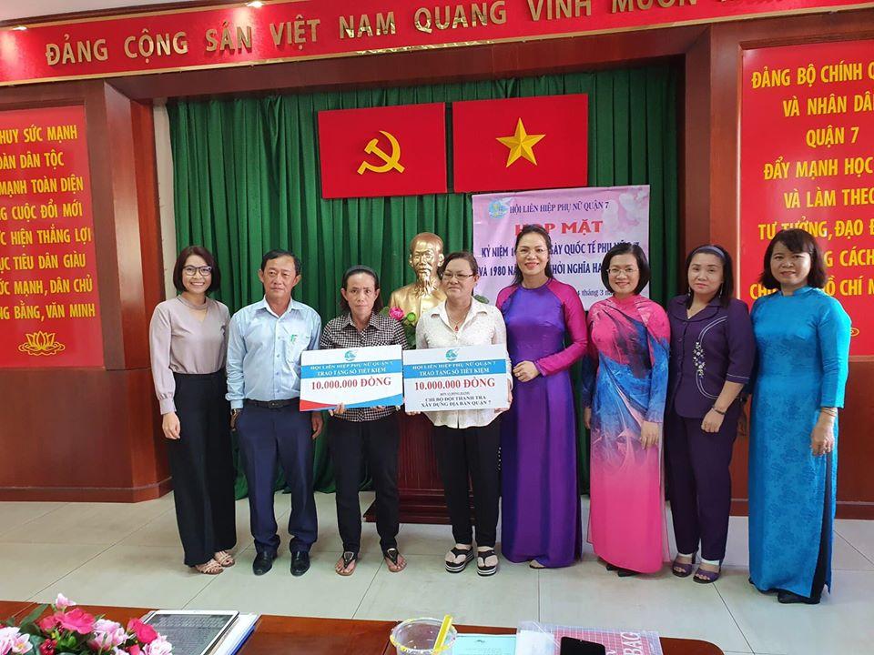 Hai sổ tiết kiệm được trao tặng những chị em khó khăn ngay lễ kỷ niệm ngày Quốc tế phụ nữ 8/3.