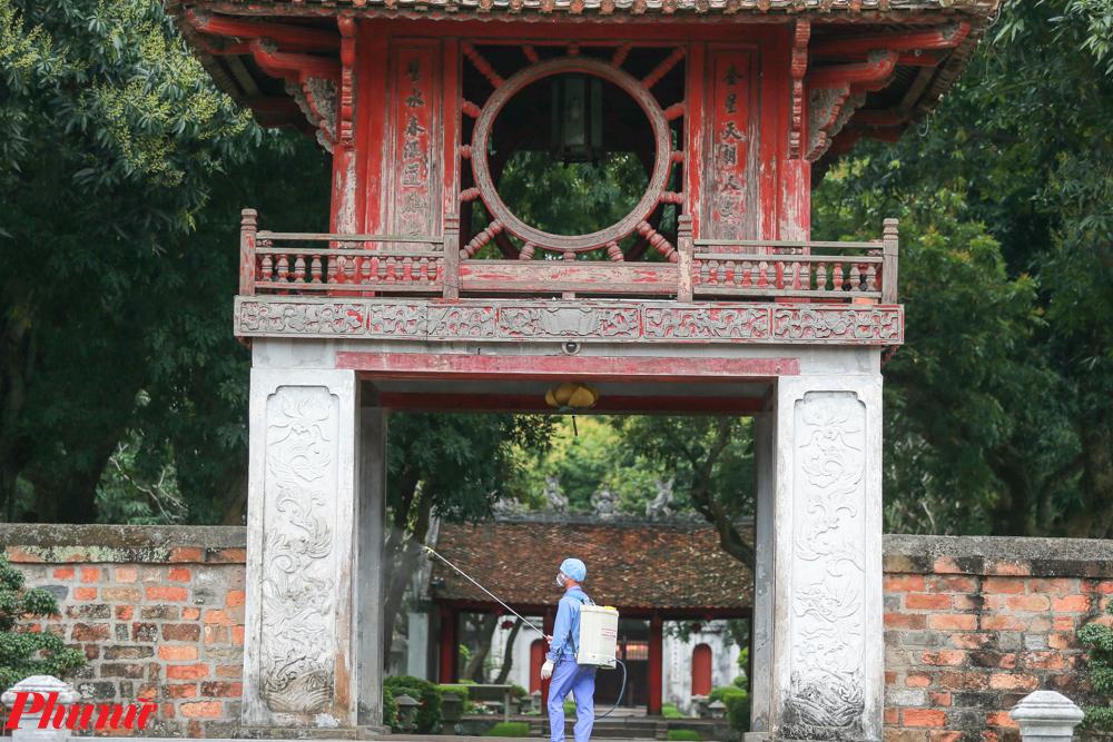 Việc khử trùng được tiến hành ở toàn bộ khu di tích, từ khuôn viên Văn Miếu.