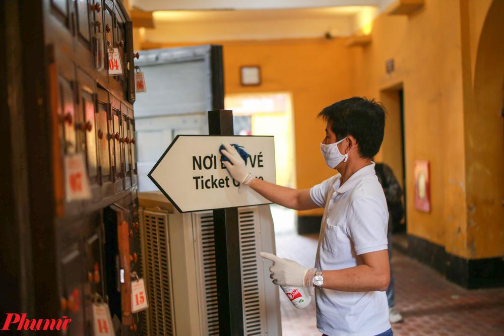 Các nhân viên tiến hành vệ sinh toàn bộ bề mặt có khả năng dính virus.