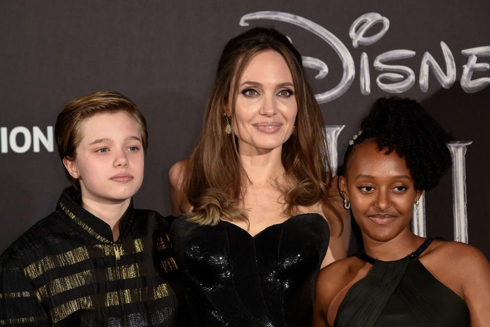 Angelina Jolie và 2 con gái,