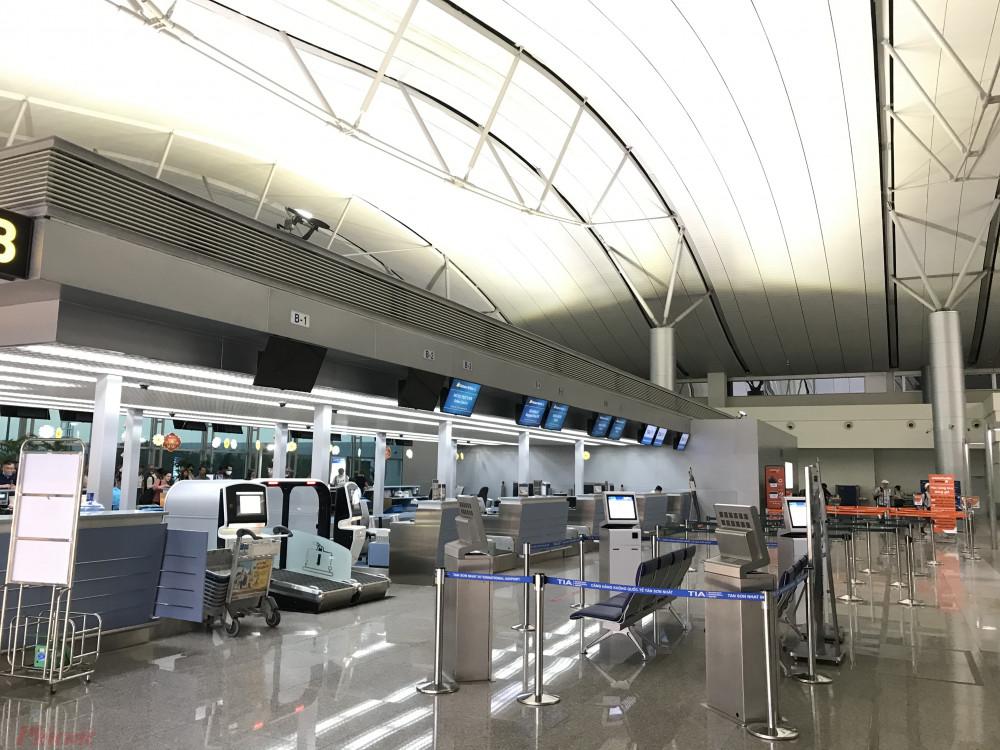 Một góc quầy check-in tại ga quốc tế Tân Sơn Nhất vắng tanh khách mùa dịch COVID-19. Ảnh: Quốc Thái