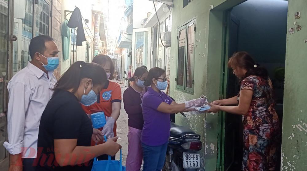 Tặng khẩu trang và nước xịt khuẩn cho nữ công nhân và các khu nhà trọ trên địa bàn quận Gò Vấp