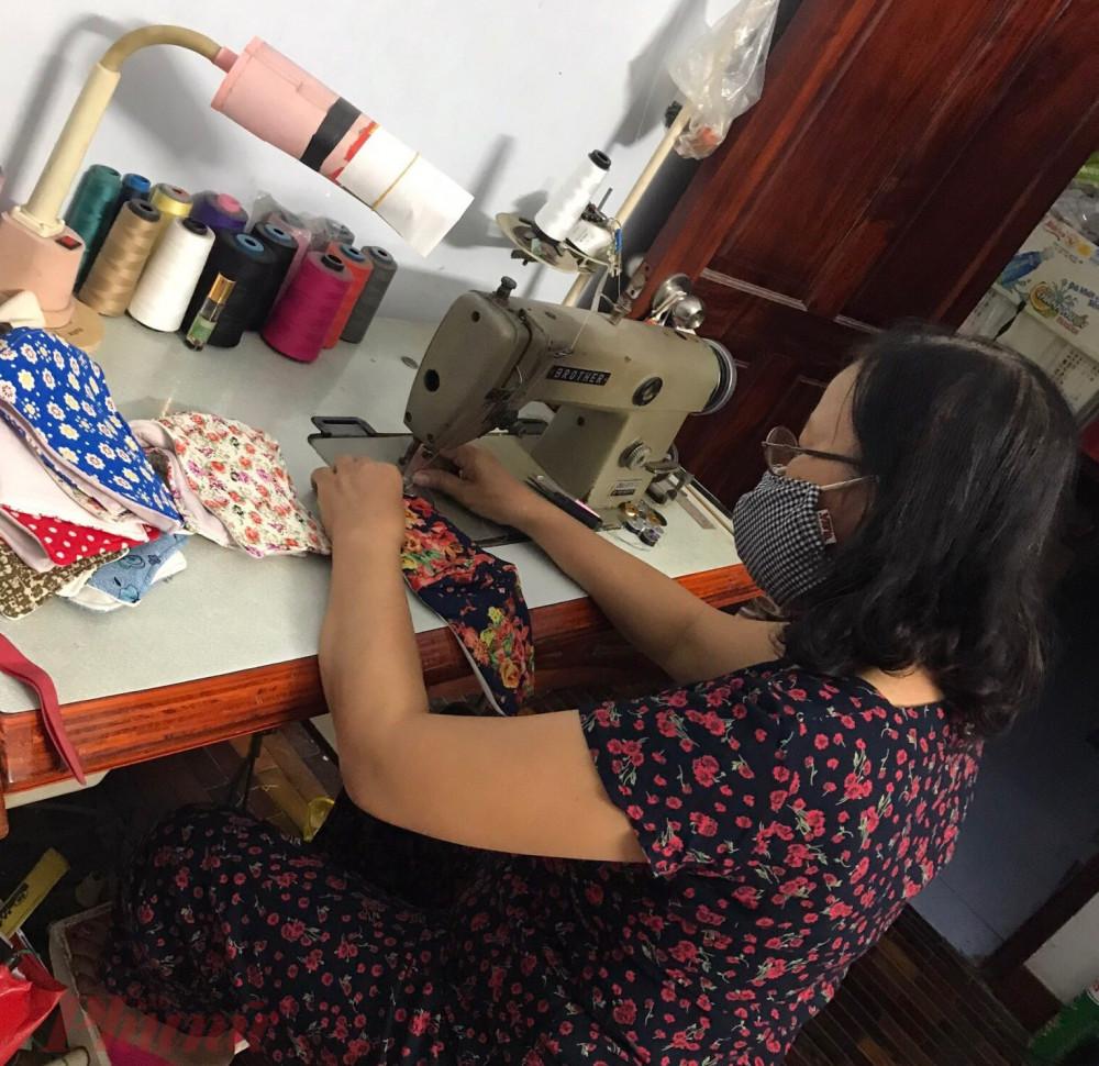 Hội viên Phụ nữ may khẩu trang tặng cho người lao động khó khăn cần sử dụng khẩu trang.