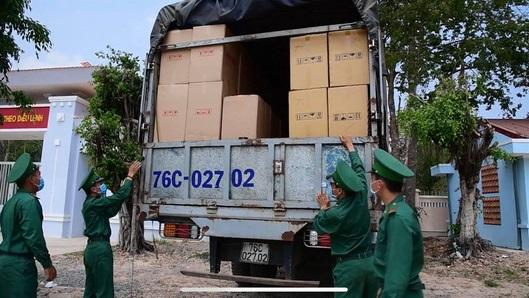 Lực lượng Biên phòng bắt giữ một vụ vận chuyển khẩu trang trái phép ở Tây Ninh. (ảnh cơ quan chức năng cung cấp).