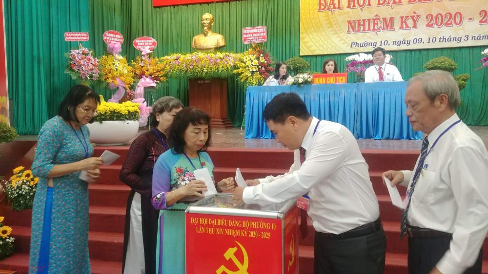 Cá đại biểu tham gia bỏ phiếu bầu Ban chấp hành Đảng bộ phường 10, nhiệm kỳ 2020-2025.