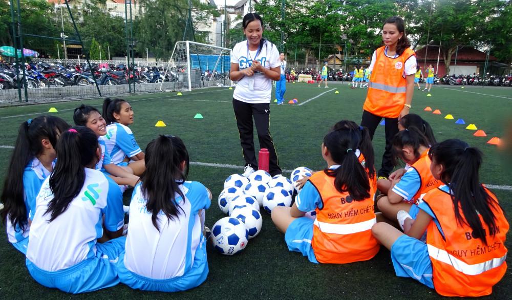 Các điều phối viên của chương trình Goal hướng dẫn học sinh nữ các kỹ năng sống được tích hợp vào hoạt động bóng đá. (Ảnh do Ngân Hàng Standard Chartered Việt Nam cung cấp)