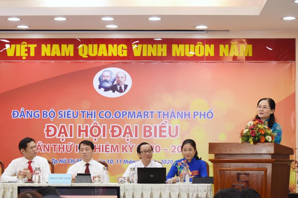 Bà Nguyễn Thị Lệ- Phó Bí Thư Thành Ủy- Chủ tịch Hội Đồng Nhân dân TPHCM tặng hoa chúc mừng Đại hội