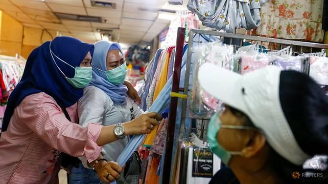 Phụ nữ đeo khẩu trang ở Jakarta. Ảnh: Reuters