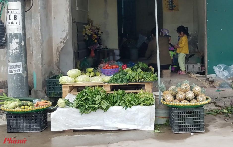 Một sạp rau vắng người mua