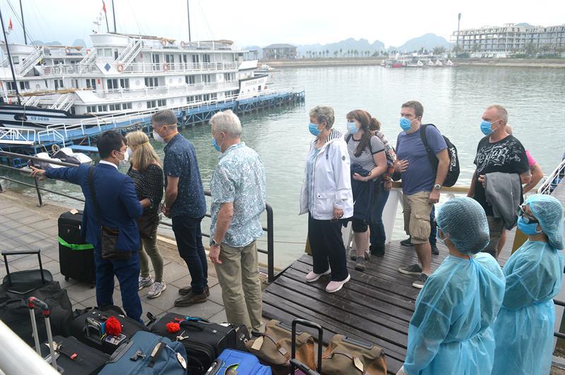 Các du khách tiếp xúc bệnh nhân thứ 17 được đưa đi cách ly.