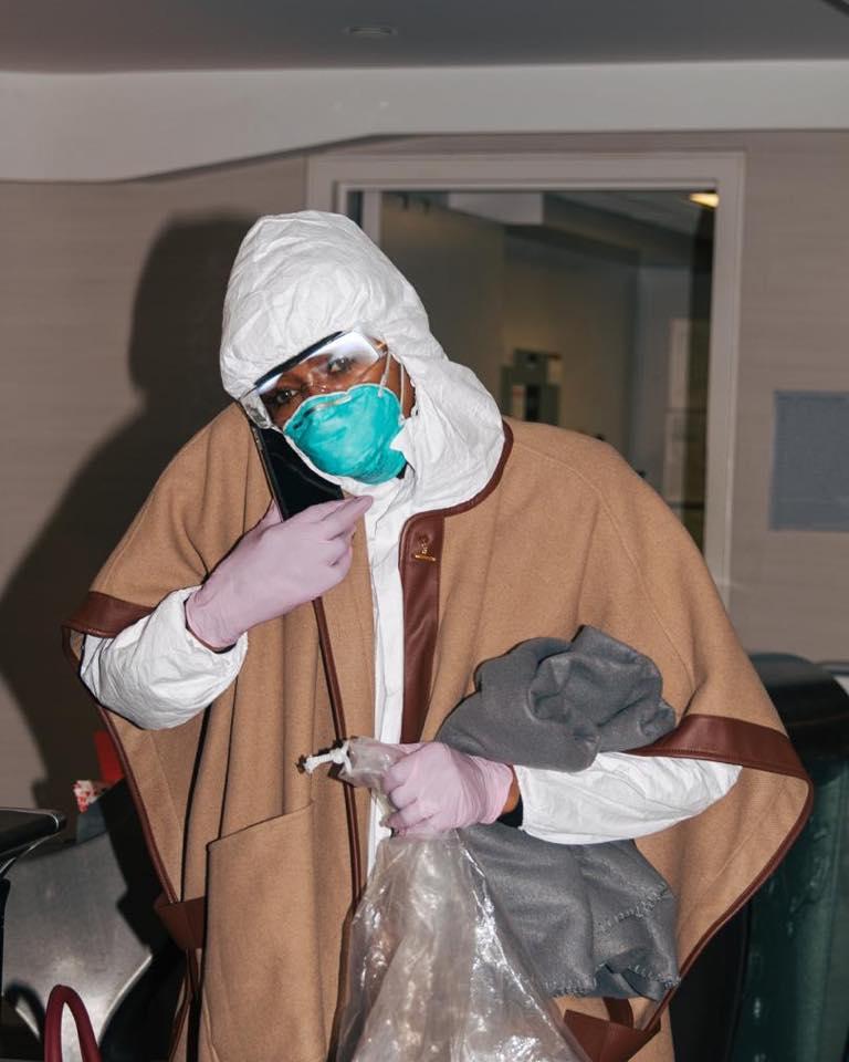Cô đeo khẩu trang, kính bảo hộ, găng tay để tránh tiếp xúc các vật dụng nơi công cộng cũng như mầm bệnh từ người khác.