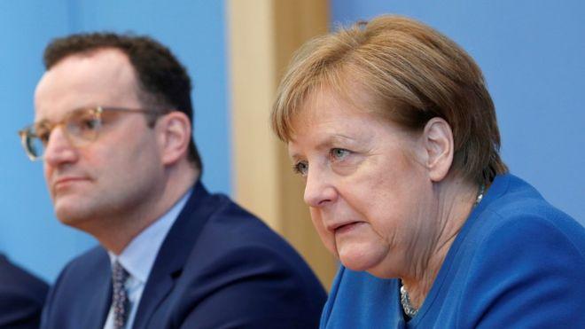 Thủ tướng Merkel họp báo chung với Bộ trưởng Y tế Jens Spahn về việc nước Đức đối phó thế nào với đại dịch COVID-19 - Ảnh: Reuters