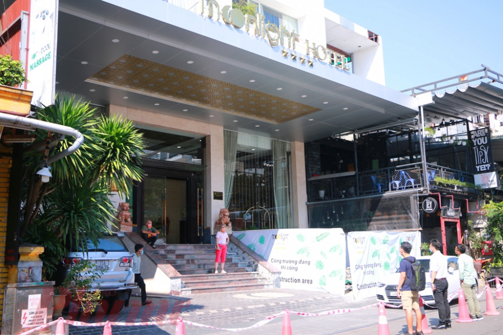 Thời khắc chuẩn bị đưa 14 du  khách có tiếp xúc gần với bệnh nhân thứ 30 nhiễm COVID-19  ra khỏi khách sạn Moonlight