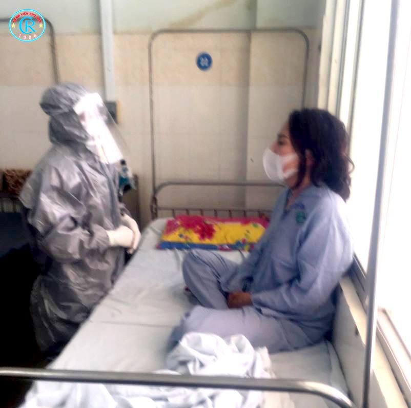 Thạc sĩ - bác sĩ Võ Ngọc Anh Thơ mặc đồ bảo hộ thăm khám bệnh nhân