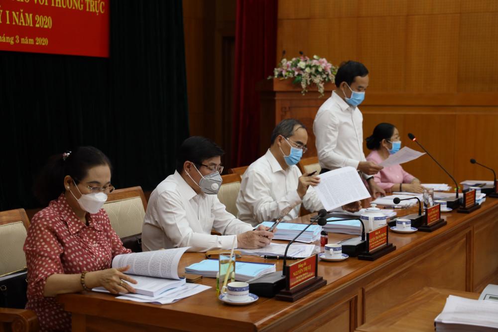 Bí thư Nguyễn Thiện Nhân (giữa) chủ trì hội nghị giao ban trực tuyến giữa Thường trực Thành ủy, Thường trực UBND Thành phố với thường trực các quận ủy, huyện ủy