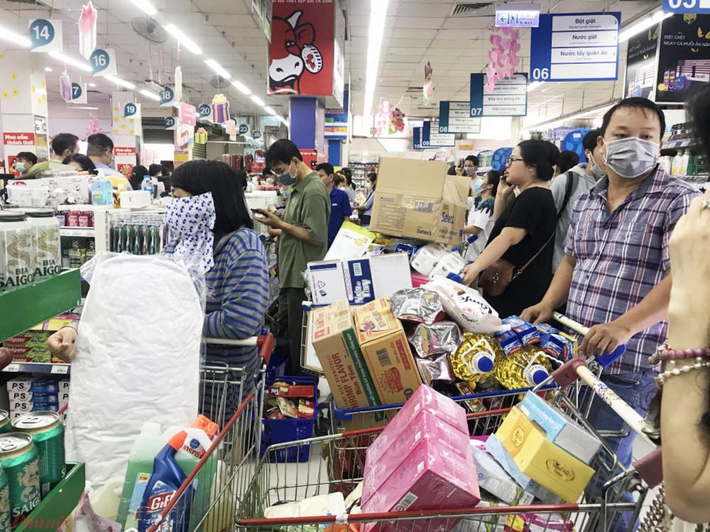 Người tiêu dùng được khuyến cáo hạn chế có mặt nơi đông người, ưu tiên lựa chọn mua sắm hàng hóa trực tuyến - Ảnh: Quốc Thái