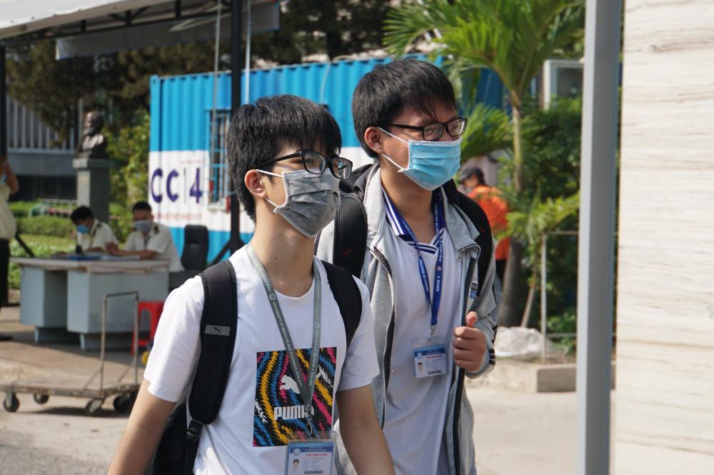 Sinh viên ĐH Y dược TPHCM trong ngày đầu trở lại trường