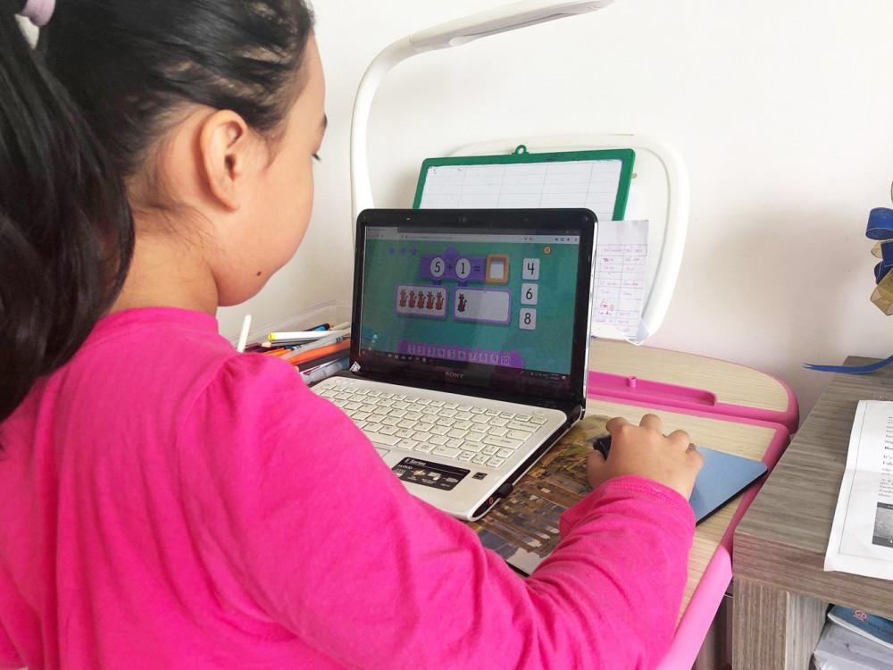 Học sinh học online ở nhà - Ảnh: Gia Tuệ
