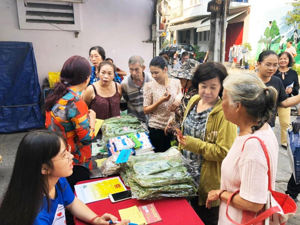 Hội viên phụ nữ P.10, Q.5 mang rác đổi rau sạch tại ngày hội kết nối