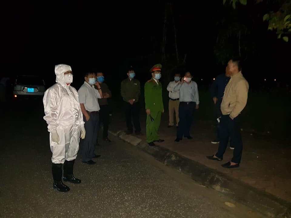 Lực lượng chức năng lập chốt chờ xe khách từ Hà Nội về