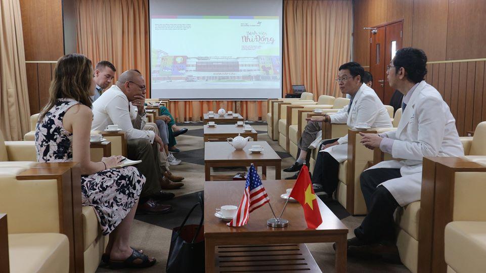 Đại diện Kiểm soát và Phòng ngừa Dịch bệnh Hoa Kỳ tại TPHCM làm việc với Ban Giám đốc Bệnh viện Nhi Đồng TP., ảnh BVCC