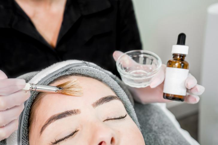 Các tế bào chết có thể làm tắc nghẽn lỗ chân lông của bạn, gây tắc nghẽn, đỏ và nhược điểm. Axit salicylic có thể vừa tẩy tế bào chết bên trong lỗ chân lông vừa thúc đẩy quá trình chuyển hóa tế bào, mang lại cho bạn làn da sạch và làn da săn chắc. Ý tưởng sử dụng axit trên da của bạn nghe có vẻ đáng sợ, nhưng bạn chỉ cần sử dụng nó vừa phải. Khi được sử dụng đúng cách, nó thực sự có thể ít gây kích ứng hơn so với benzoyl peroxide. Tìm các sản phẩm có chứa nồng độ axit salicylic thấp (khoảng 0,5% đến 2% nếu sử dụng trên mặt), như huyết thanh, thuốc bổ hoặc mặt nạ.