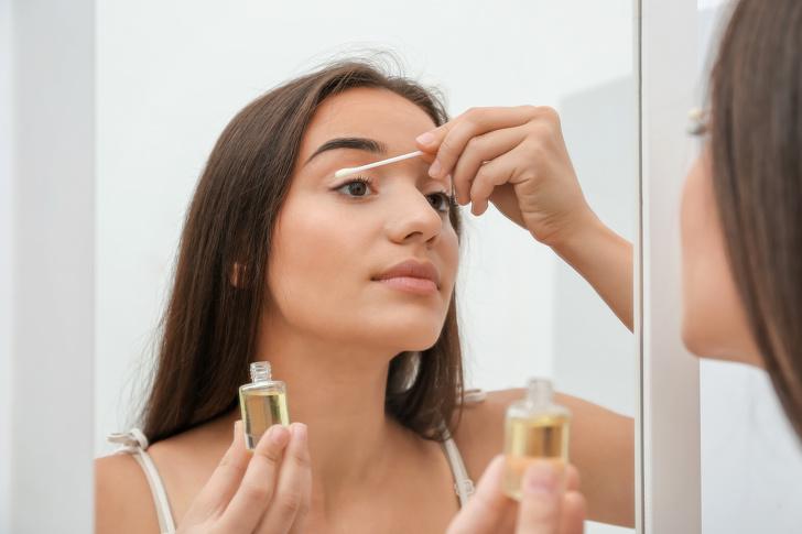 Các nghiên cứu cho thấy rằng dầu thầu dầu có thể giúp làm nổi bật tóc hay ánh sáng, vì vậy nó rất hữu ích khi cố gắng làm cho lông mi của bạn trông đẹp nhất. Mặc dù có niềm tin phổ biến, dầu không làm cho lông mi của bạn phát triển nhanh hơn, nhưng chỉ trông dày hơn và bóng hơn.