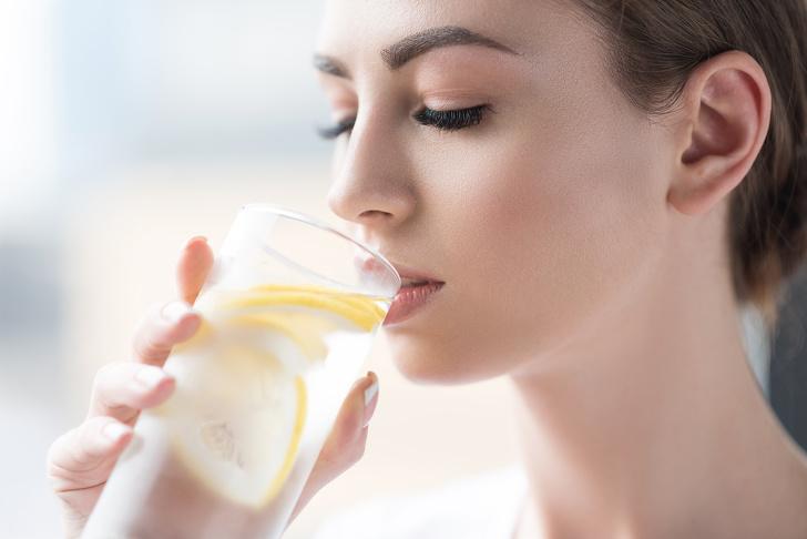 Có nhiều hơn một cách để giữ cho làn da khỏe và đẹp. Các nghiên cứu cho thấy phụ nữ lớn tuổi có thể làm sáng da, cũng như giảm quầng thâm, đốm và đỏ, bằng cách uống vitamin C. Để dễ dàng lấy vitamin C hàng ngày, hãy thức dậy với một cốc nước nóng với chanh tươi.