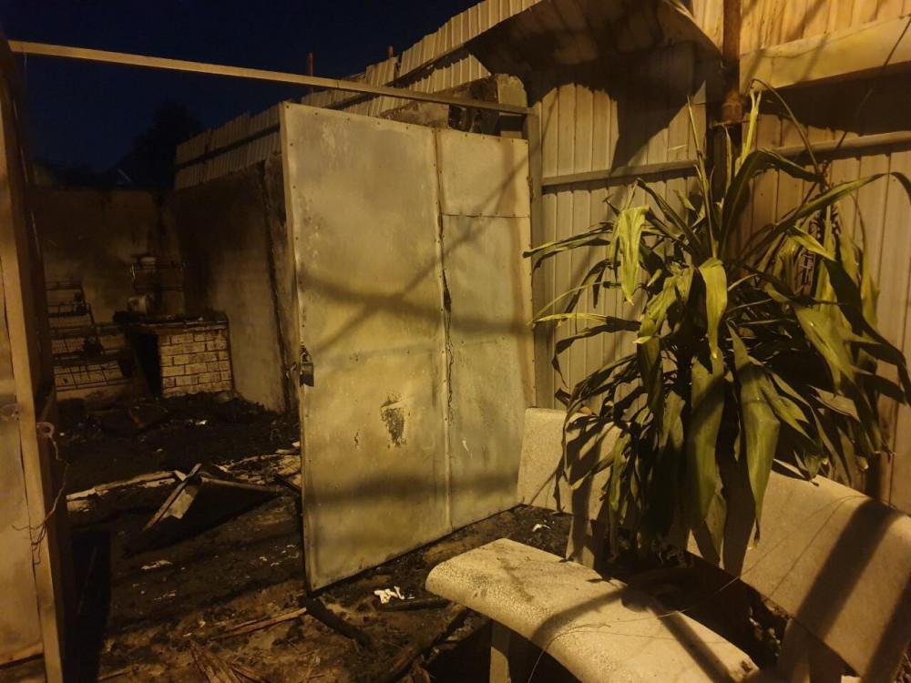 Ngọn lửa bắt nguồn từ quán cà phê mái lá rồi lan sang 2 ki ốt sát bên