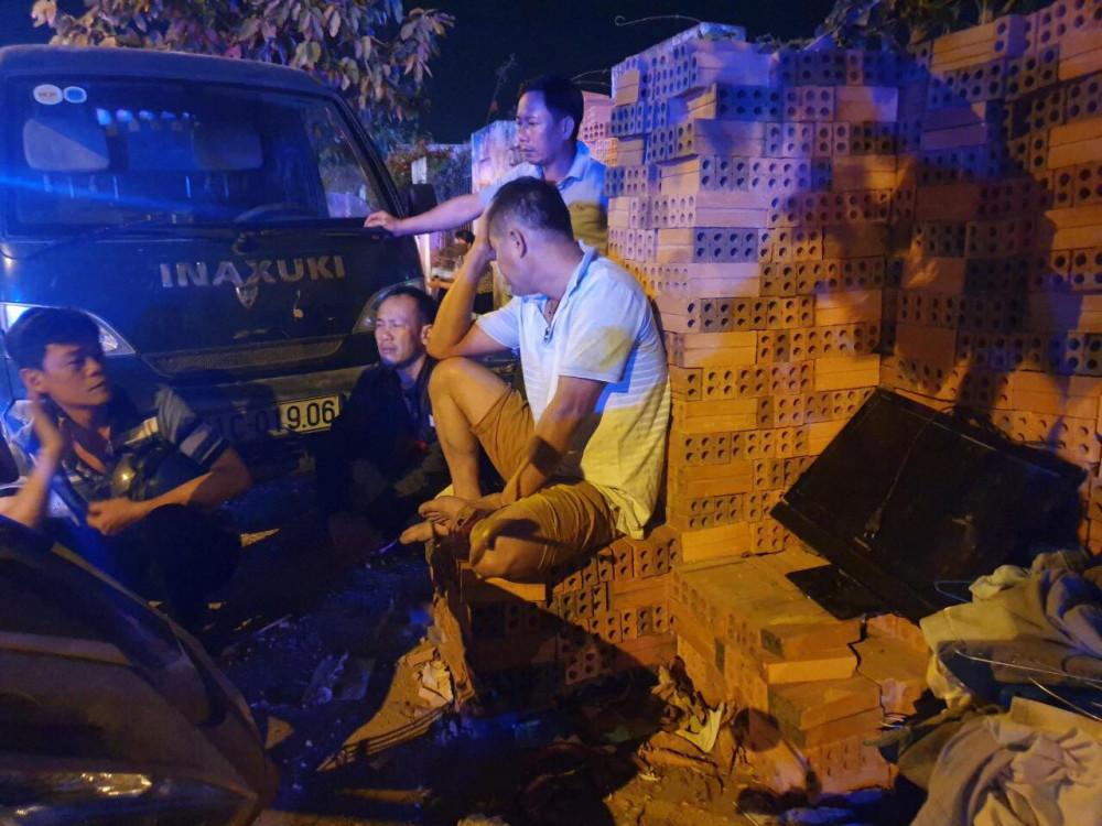 Ông chủ cửa hàng VLXD (áo trắng) ngồi thất thần khi tài sản bị thiêu rụi