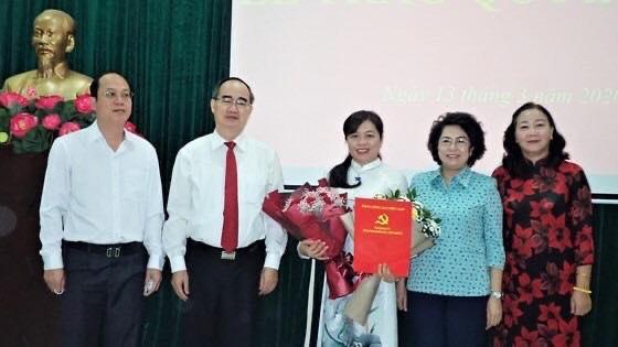 Bí thư Thành ủy Nguyễn Thiện Nhân và đại diện các lãnh đạo trao hoa chúc mừng Chủ tịch Hội Liên hiệp Phụ nữ TPHCM
