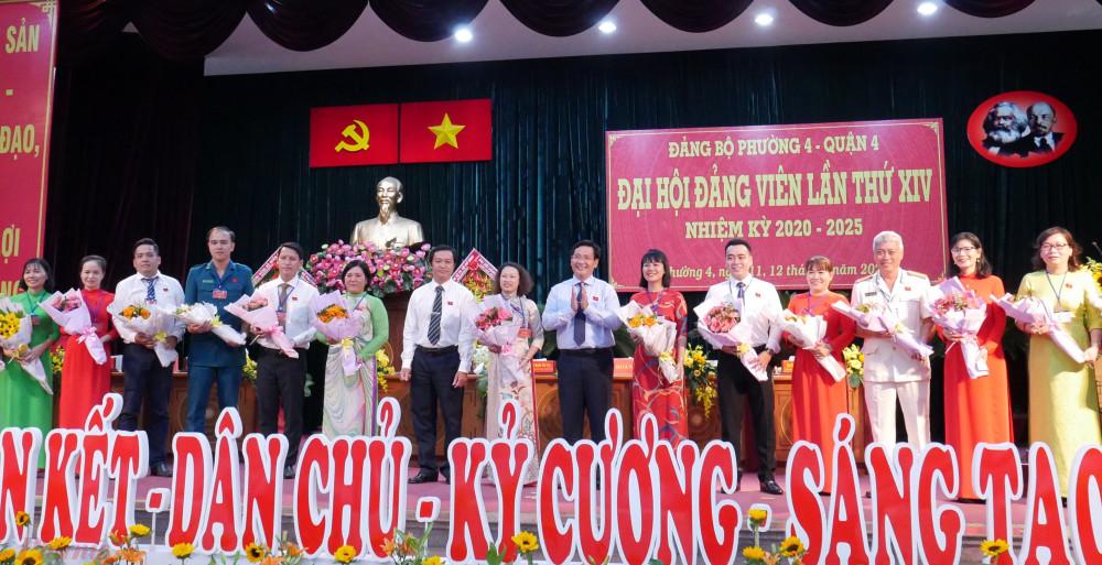 Ra mắt Ban chấp hành Đảng bộ phường nhiệm kỳ mới tại Đại hội.