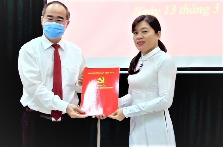 Ủy viên Bộ Chính trị, Bí thư Thành ủy TPHCM Nguyễn Thiện Nhân trao quyết định điều động chỉ định cán bộ đối với bà Nguyễn Trần Phượng Trân