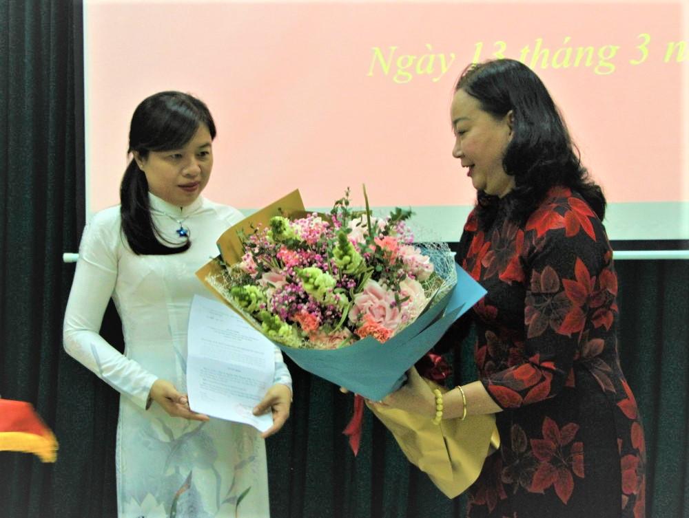 Bà Nguyễn Thị Ngọc Yến - Trưởng Ban công tác phía Nam, Trung Ương Hội LHPN Việt Nam trao quyết định chuẩn y Ủy viên Ban chấp hành, Ủy viên Ban thường vụ, Chủ tịch Hội Liên hiệp Phụ nữ TPHCM nhiệm kỳ 2016 -2021 đối với bà Nguyễn Trần Phượng Trân