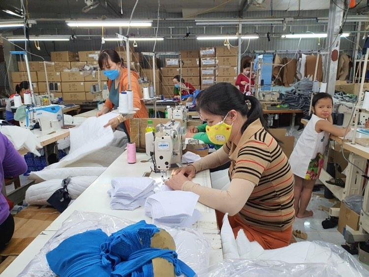 Chú thích ảnh: Hội Liên hiệp Phụ nữ xã Đại Hiệp vận động tài trợ để may 1000 khẩu trang phát miễn phí cho người dân.