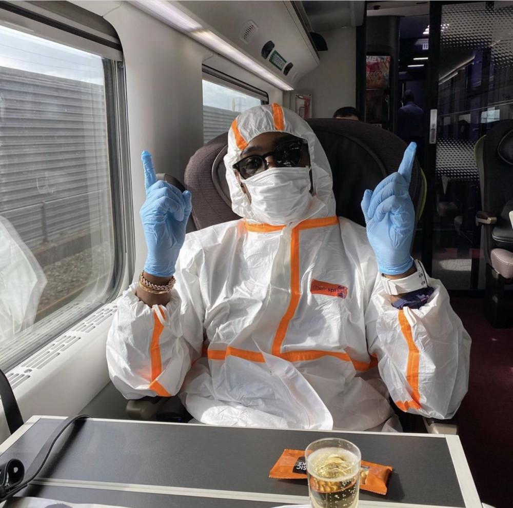 Rapper Tinie Tempah mặc đồ bảo hộ khi đi tàu.