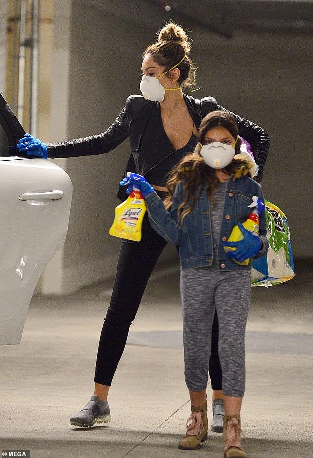 Ca sĩ Farrah Abraham cùng con gái mua nước sát khuẩn và giấy vệ sinh.