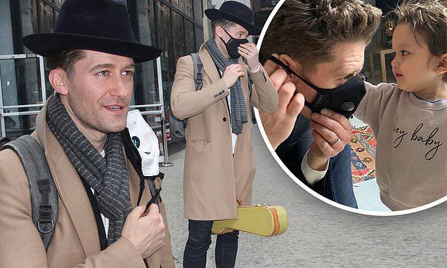 Nam ca sĩ Matthew Morrison khoe hình ảnh được con trai mang khẩu trang.