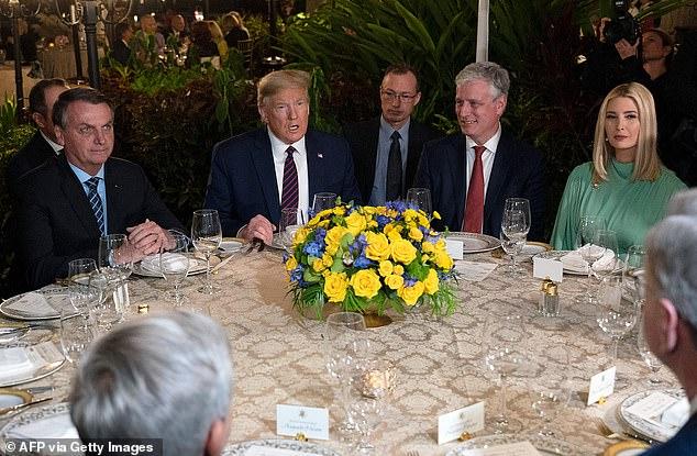 Tổng thống Brazil Jair Bolsonaro, Tổng thống Donald Trump, Cố vấn an ninh quốc gia Robert O'Brien và Ivanka Trump tại một bữa ăn tối làm việc ở dinh thự Mar-a-Lago.