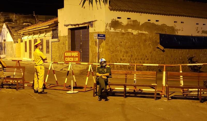 Hai tuyến đường ở thành phố Phan Thiết đã bị cách ly để phòng chống dịch - Ảnh: Tự Sang