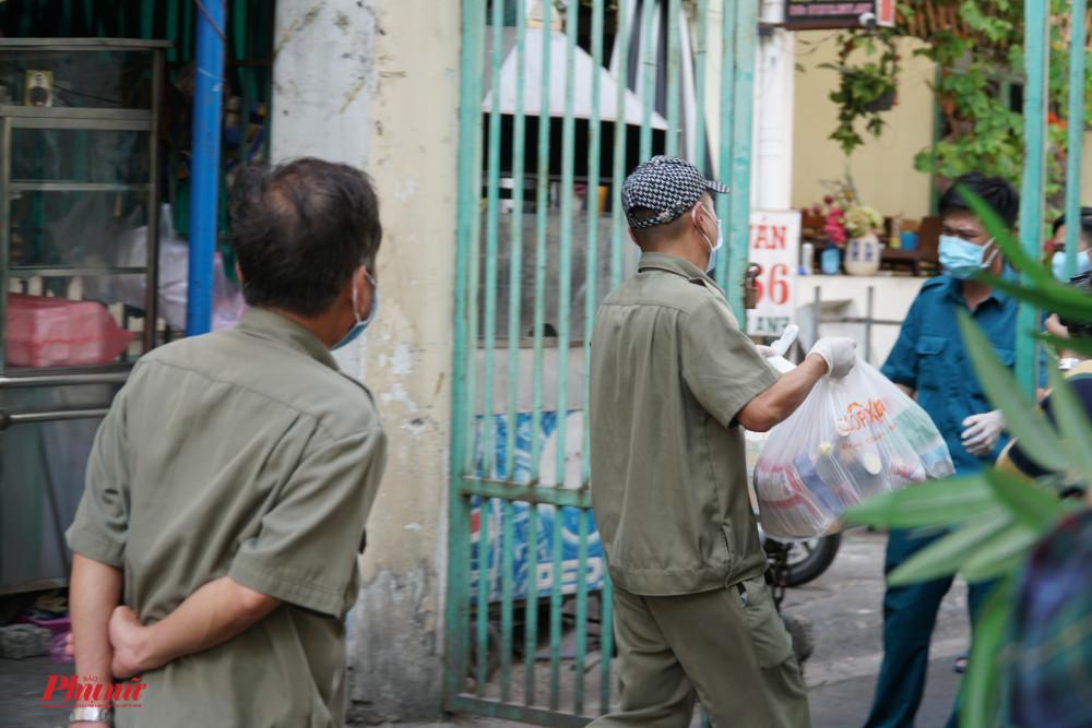 Người dân mua thức ăn, và được lực lượng dân phố vận chuyển đến phòng giúp