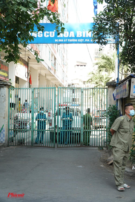 Chung cư Hòa Bình đang được phong tỏa với hơn 1000 người dân đang cư ngụ bên trong