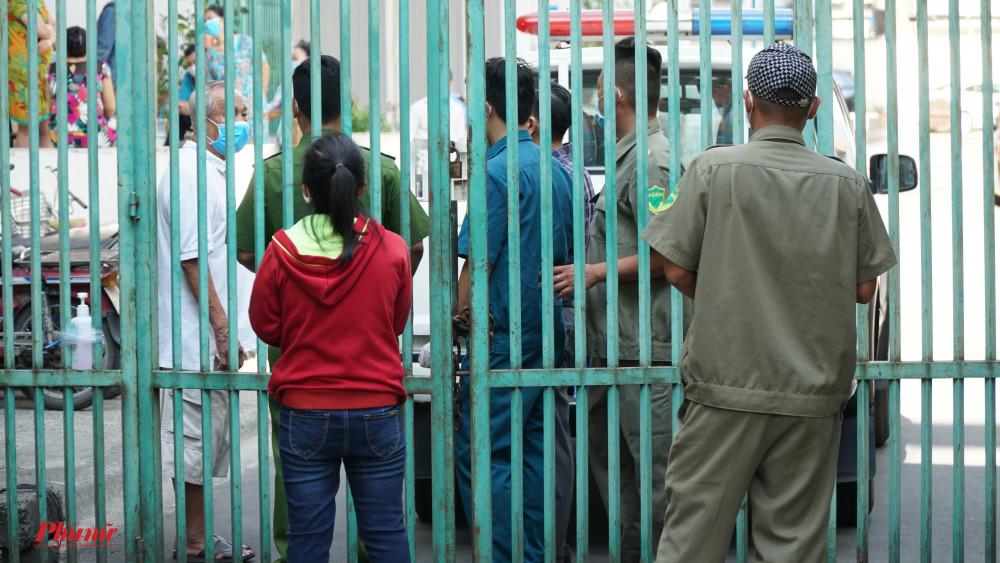 Lực lượng chức năng kiểm tra nghiêm ngặc với những người liên hệ với người dân trong chung cư