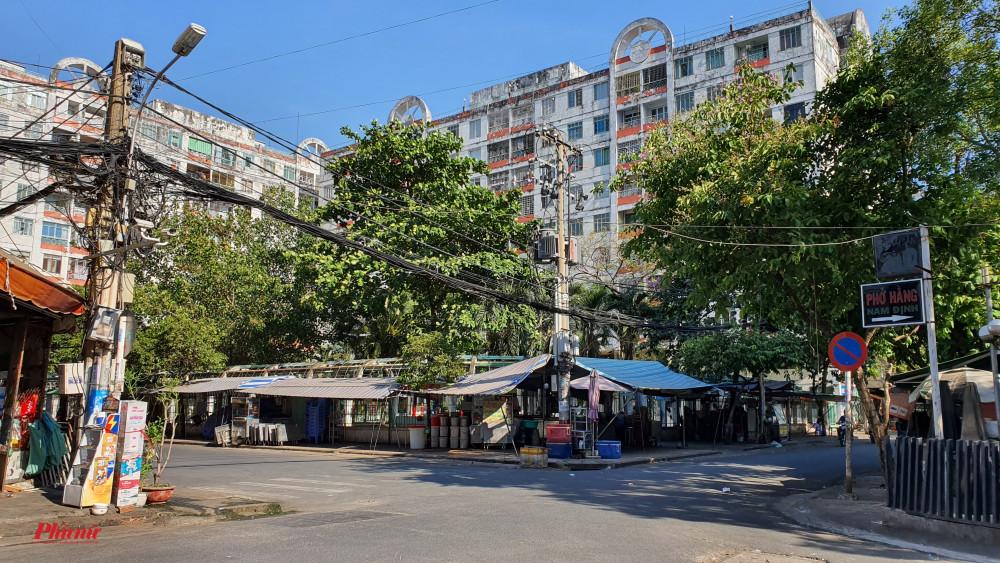 chung cư Hòa Bình (90 A Lý Thường Kiệt, phường 14, quận 10, TP.HCM) đã được lực lượng chức năng cách ly hoàn toàn.