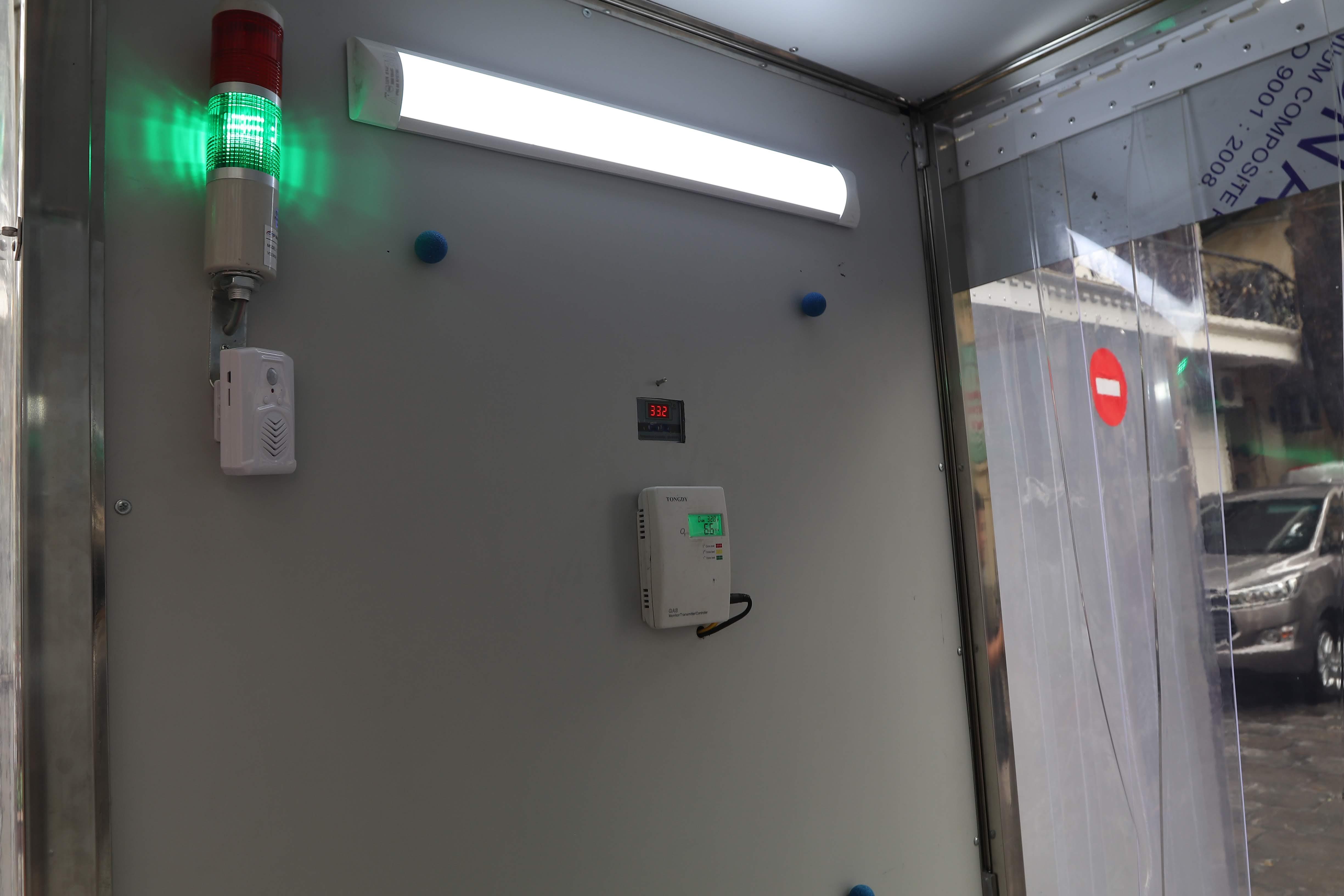 Hệ thống cảm biến và đèn báo bên trong Buồng khử khuẩn toàn thân di động,