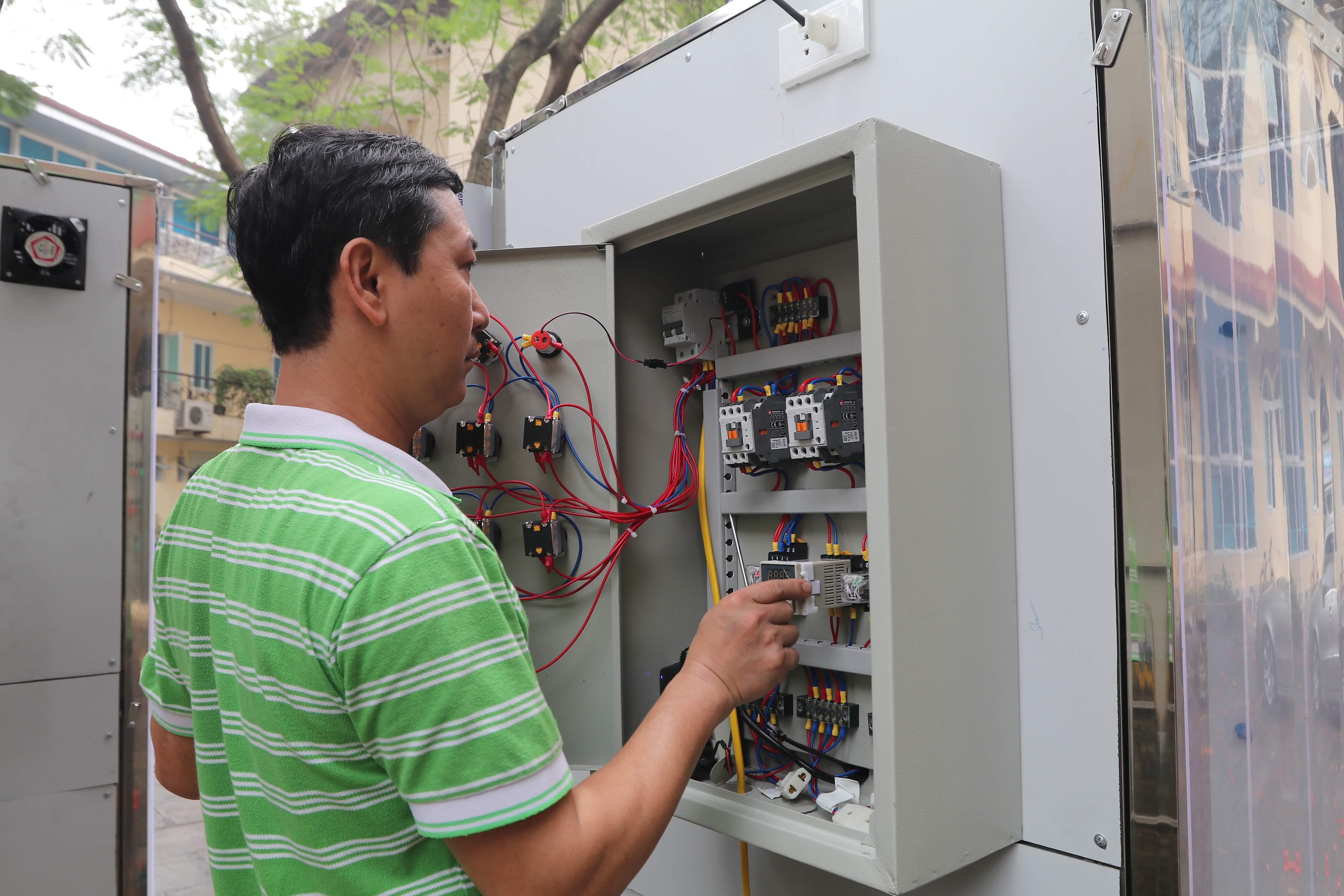 Ngoài hệ thống máy phun sương mù, các kỹ sư đang thử nghiệm hệ thống khử khuẩn nhiệt và ozon. Việc sử dụng nhiệt độ cao và ozon ở mức độ cho phép có thể giúp diệt khuẩn.
