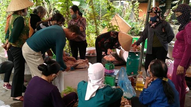 Bà con làng xóm giúp giải cứu thực phẩm của một đám cưới hoãn ở Hải Phòng vì