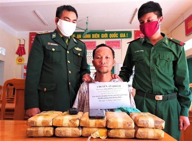 Gia Xông và tang vật hơn 6.0000 viên ma túy đang vận chuyển vào Việt Nam
