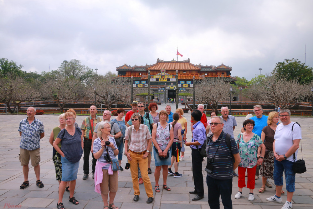 Trong trưa ngày 14/3 rất nhiều khách quốc tế đến tham quan Đại Nội Huế
