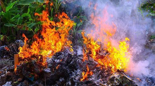 Dùng xăng để đốt rác người đàn ông không may bị lửa bén gây bỏng nặng cẳng tay phải và ngực bụng.